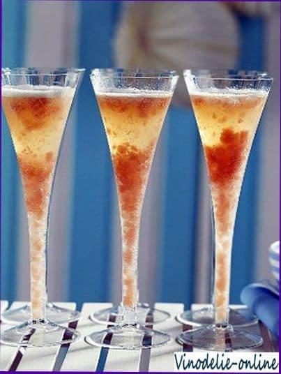Напитки.  Наливаем в стакан со льдом вермут, водку и ликер.