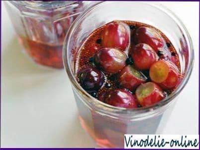 Виноград с фруктами в маринаде