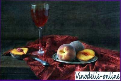 Персики с красным вином
